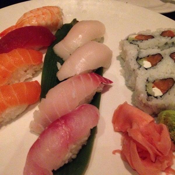 Foto scattata a Koi Fine Asian Cuisine & Lounge da HiDe T. il 11/10/2014