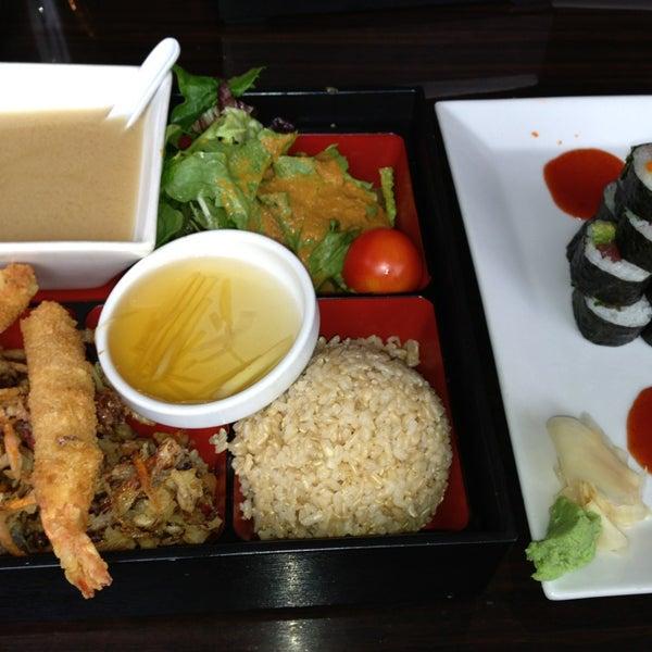 Das Foto wurde bei Red Koi Thai & Sushi Lounge von Les B. am 3/1/2013 aufgenommen