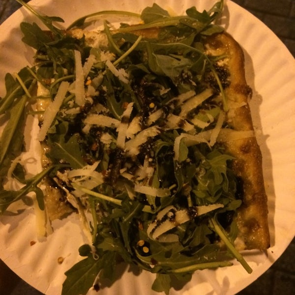 Foto tomada en Nonna's L.E.S. Pizzeria por Robynn el 6/29/2014