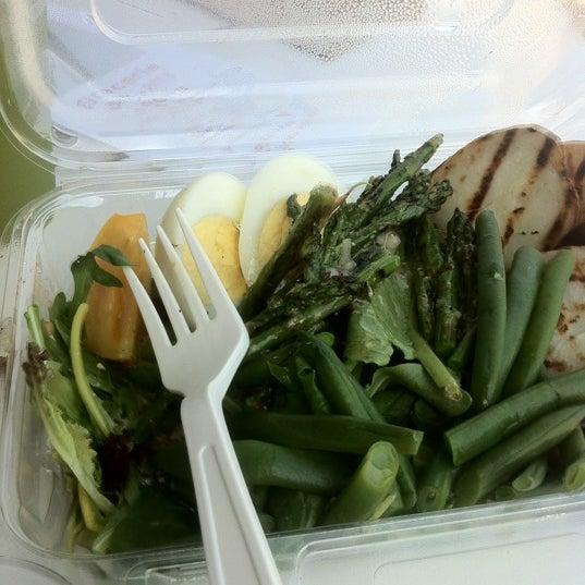 Снимок сделан в Foodink Catering and Grocerie пользователем Yu W. 3/22/2013