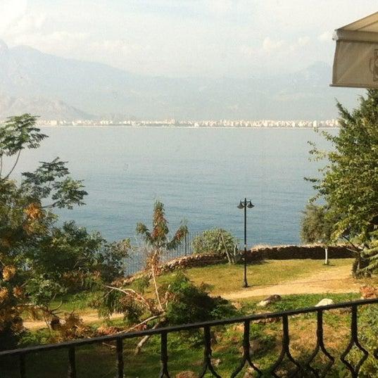 Photo prise au Tapas Cafe Bistro par Metin S. le11/19/2012