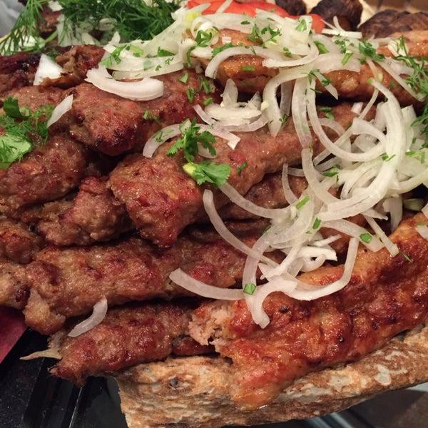 Шаверма, мясо, салаты - превосходно! Дизайн интерьера очень модный и хорошо продуман