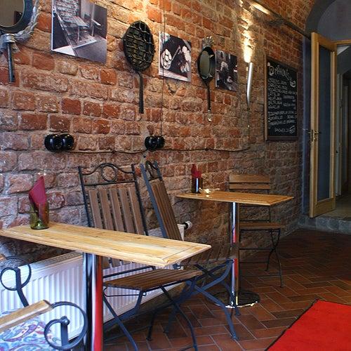 Pavisam neliela stila kafejnīca ar izcilo Illy kafiju, kūciņām un sendvičiem. Kafejnīcā izstādītās dizaineru instalācijas var arī iegādāties.
