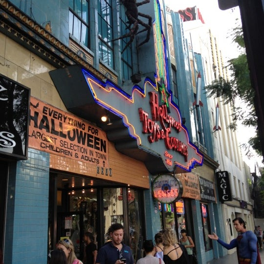 Снимок сделан в Hollywood Toys & Costumes пользователем Tony R. 10/31/2012