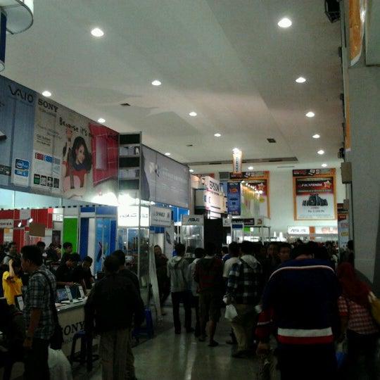 Das Foto wurde bei Jogja Expo Center (JEC) von Adjie E. am 12/2/2012 aufgenommen