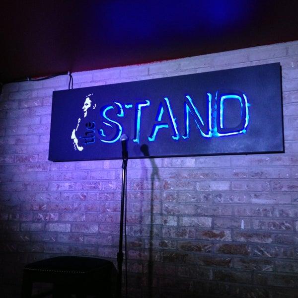 Foto tomada en The Stand Restaurant & Comedy Club por Elijah B. el 2/3/2013