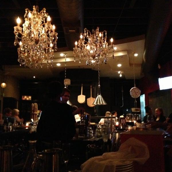 12/23/2012 tarihinde David M.ziyaretçi tarafından The Luggage Room Pizzeria'de çekilen fotoğraf