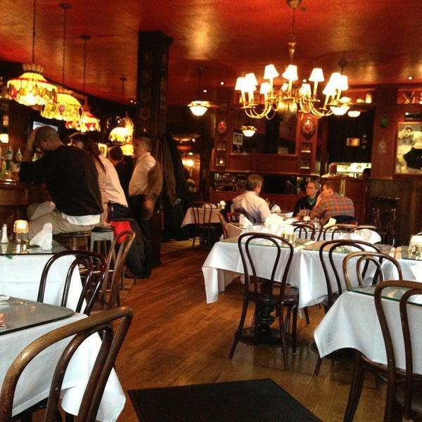 Foto tomada en Martin's Tavern por Katie S. el 2/23/2013