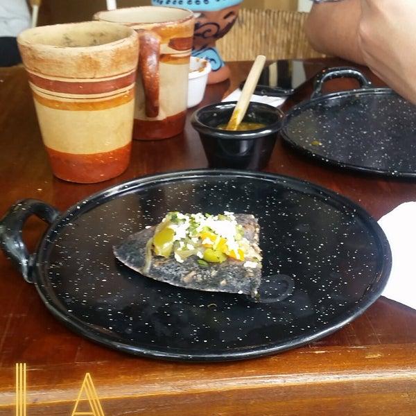 Tlacoyos asombrosos, prueben el de Ayocote y papa con perejil y para los exóticos, prueben la tostada de chapulines,  D E L I C I O S O