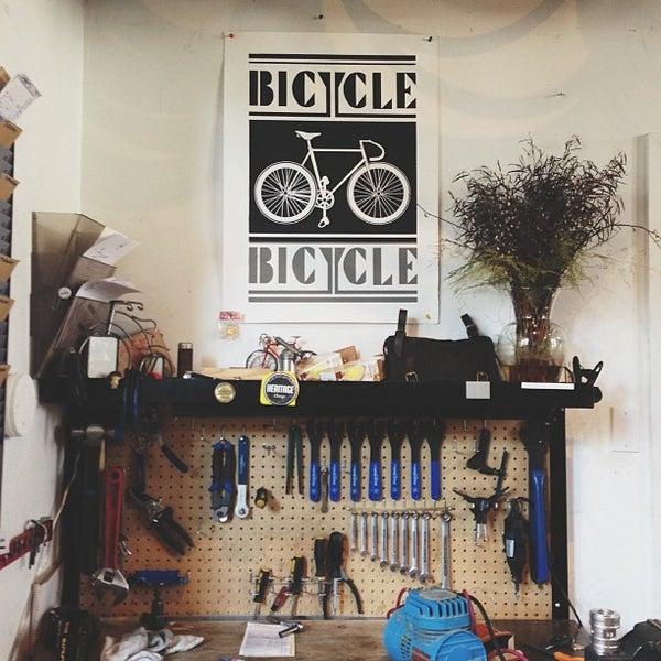 รูปภาพถ่ายที่ Heritage Bicycles โดย Jennie L. เมื่อ 3/29/2013