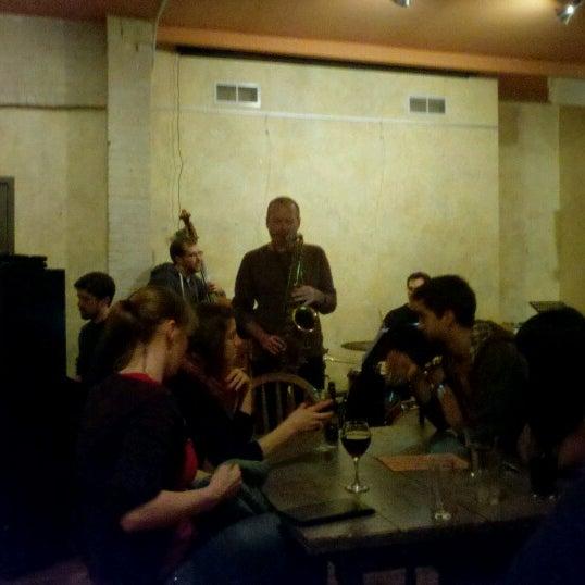 Foto tomada en Allen Street Hardware Cafe por Lisa K. el 12/18/2012