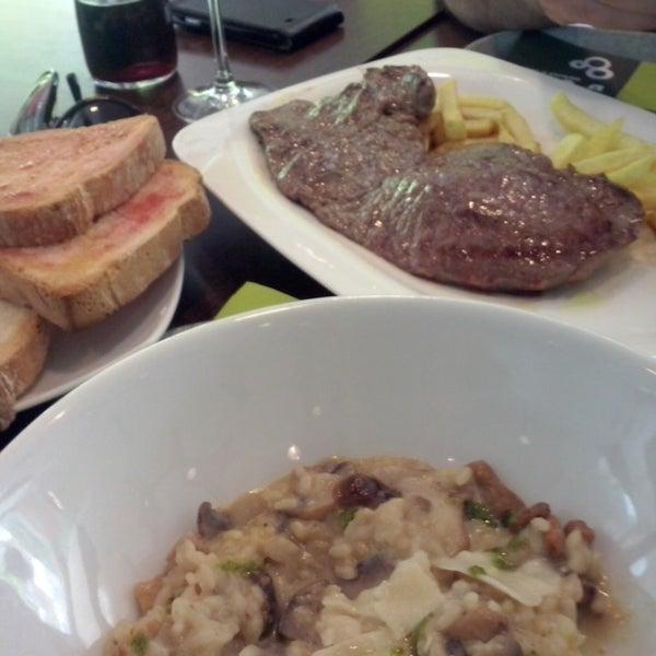 รูปภาพถ่ายที่ B-crek Restaurant โดย Mayte เมื่อ 4/25/2014