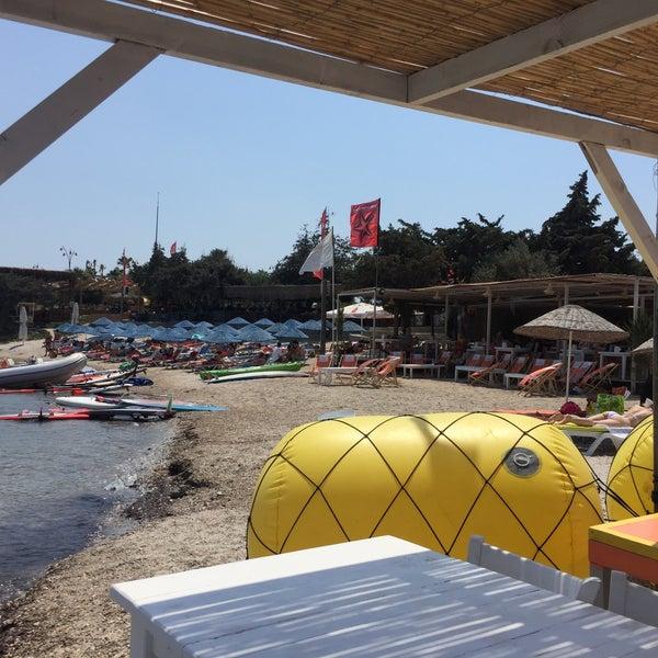 Das Foto wurde bei Alaçatı Surf Paradise Club von Nes Q. am 8/20/2018 aufgenommen