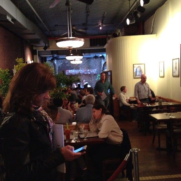 รูปภาพถ่ายที่ Cupping Room Cafe โดย Jack N. เมื่อ 5/25/2013
