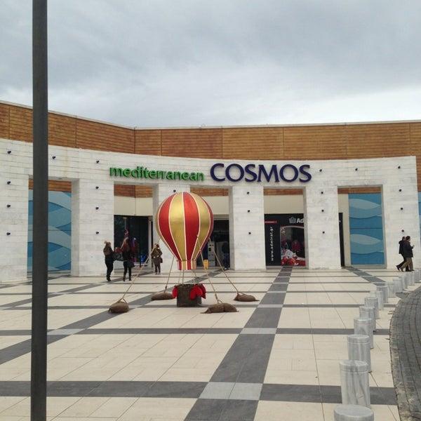 Foto tomada en Mediterranean Cosmos por Stefanos📌 el 12/19/2012
