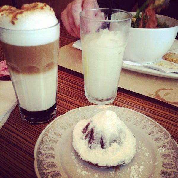 Foto tirada no(a) Mark's Deli & Coffee House por Ale P. em 10/17/2012