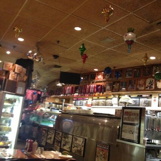 Foto tomada en Carnegie Deli por Lauren H. el 12/18/2012