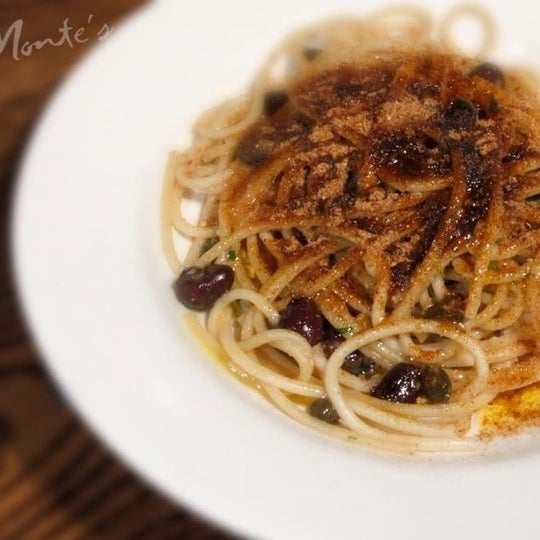 Foto diambil di Monte's Restaurant oleh Tina E. pada 10/3/2012