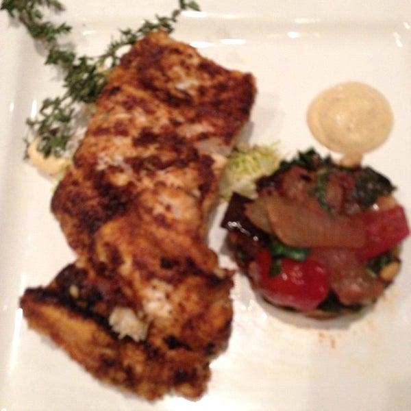 Foto diambil di Monte's Restaurant oleh Tina E. pada 10/17/2012