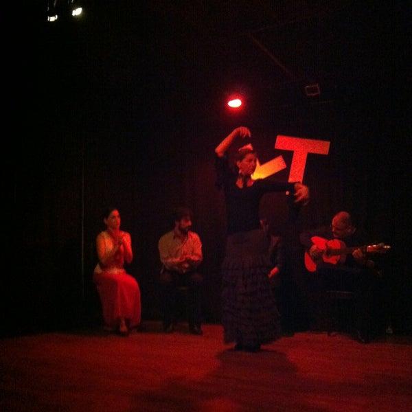 Снимок сделан в Las Tablas Tablao Flamenco пользователем Linda S. 4/14/2013