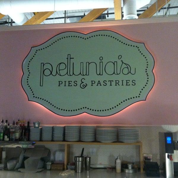 Foto tomada en Petunia's Pies & Pastries por Erin S. el 4/20/2013