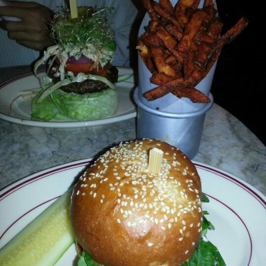 Foto tirada no(a) LT Bar & Grill por Rachel T. em 10/16/2012