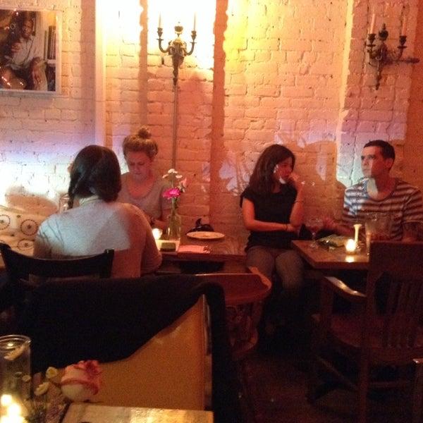รูปภาพถ่ายที่ Shervin's Cafe โดย Globetrottergirls D. เมื่อ 6/14/2014