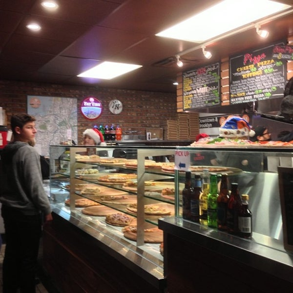 Foto diambil di Pizza on Pearl oleh Craig L. pada 12/8/2013