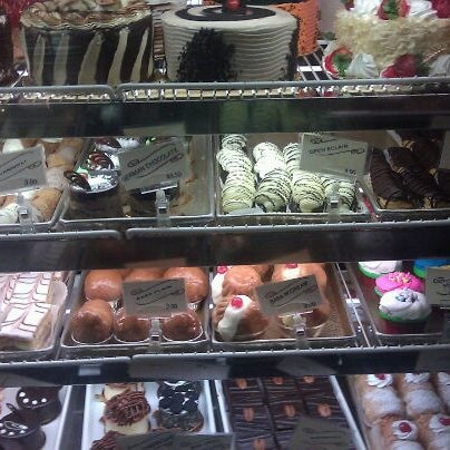 Foto tomada en LaGuli Pastry Shop por Diane G. el 10/26/2012