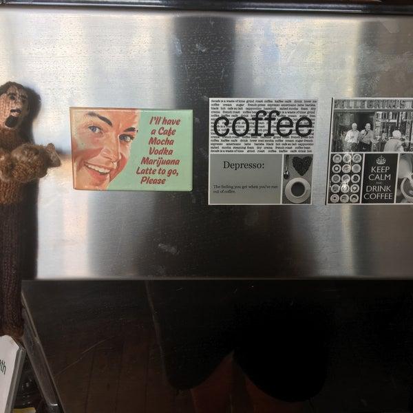 รูปภาพถ่ายที่ Anonymous Café โดย Mike B. เมื่อ 12/24/2016
