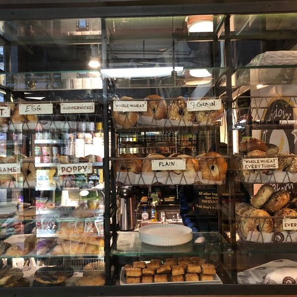 12/1/2017 tarihinde Barnabeeziyaretçi tarafından Davidovich Bagel Shop NYC'de çekilen fotoğraf
