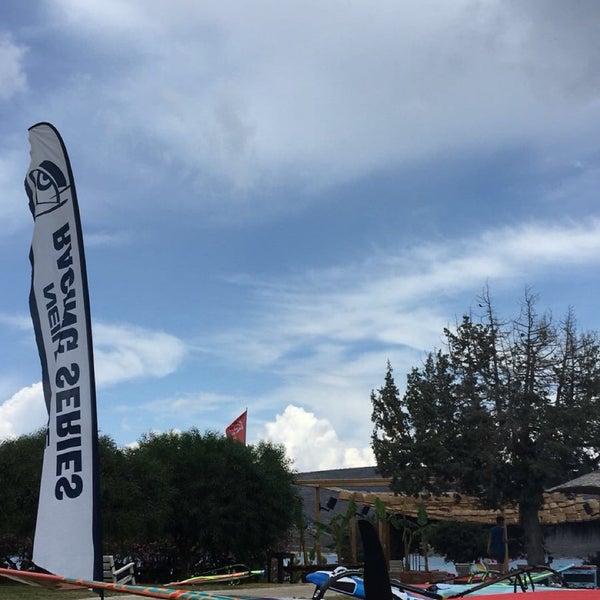 Das Foto wurde bei Alaçatı Surf Paradise Club von Burak Ö. am 6/17/2018 aufgenommen