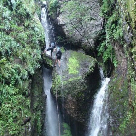 En la época de lluvia nacen cascadas y pequeños riachuelos en el Tepozteco, también se pueden hacer rapel y escalada en las cascadas.