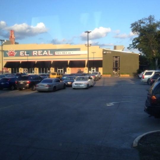 รูปภาพถ่ายที่ El Real Tex-Mex Cafe โดย Chad N. เมื่อ 10/4/2012