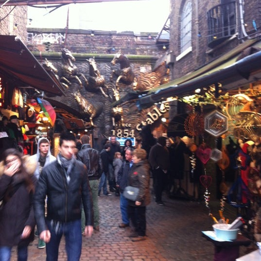 Foto tirada no(a) Camden Stables Market por Serdar . em 11/8/2012