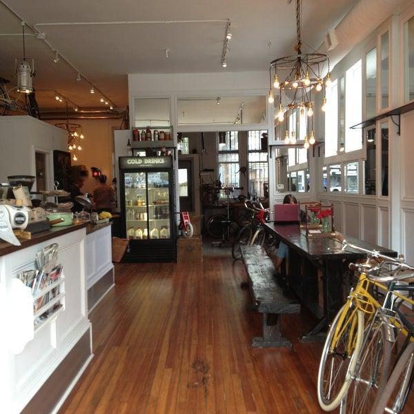 รูปภาพถ่ายที่ Heritage Bicycles โดย Colleen C. เมื่อ 5/2/2013