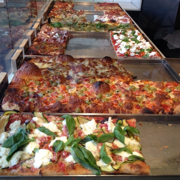 Sin duda una de las mejores pizzas al corte de Barcelona.