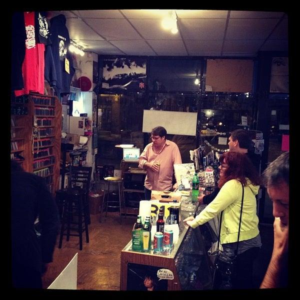 9/24/2012 tarihinde Owen H.ziyaretçi tarafından Laurie's Planet of Sound'de çekilen fotoğraf