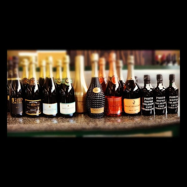 รูปภาพถ่ายที่ Green Jug Fine Wine & Spirits โดย Mike U. เมื่อ 11/16/2012