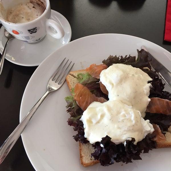Kızarmış ekmek üstü rafadan yumurtalı somon ve kremalı cappucıno harikaydı 👍