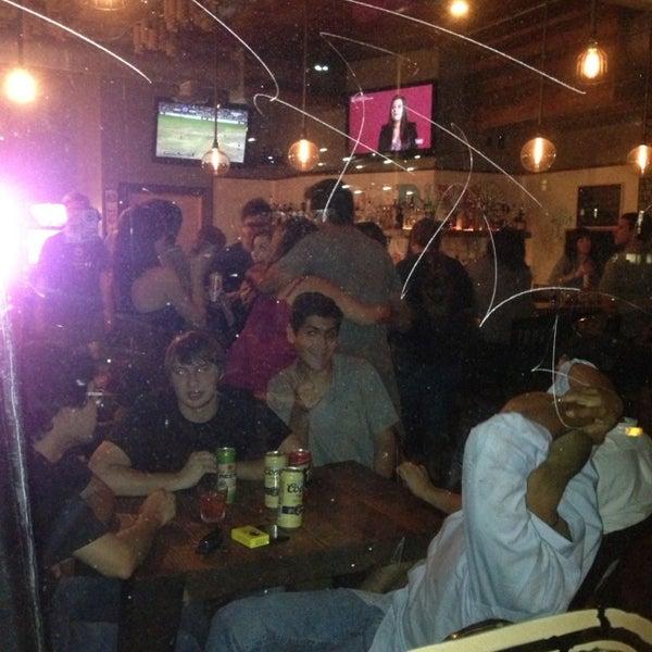 Das Foto wurde bei Dive Bar & Lounge von Ivan B. am 8/1/2013 aufgenommen