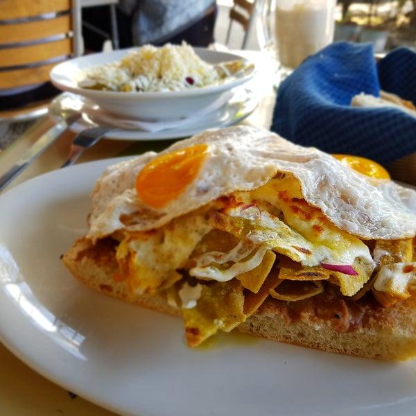 Chilaquiles de pollo gratinado montados en chapala con huevos, que onda con esto! Buenísimo. Y para terminar un flat white. 👌