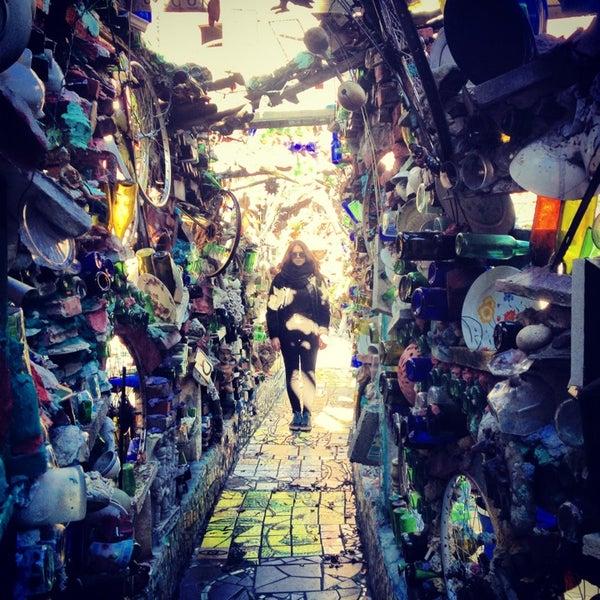Foto scattata a Philadelphia's Magic Gardens da Claudia F. il 1/19/2013