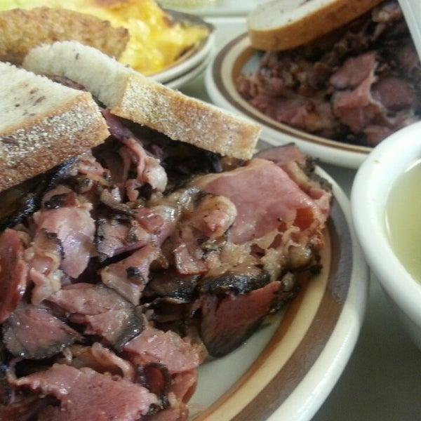 Foto diambil di Manny's Cafeteria & Delicatessen oleh Vic M. pada 3/12/2013