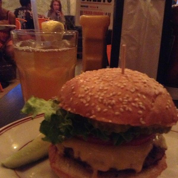 Foto tirada no(a) LT Bar & Grill por Shey V. em 7/15/2013