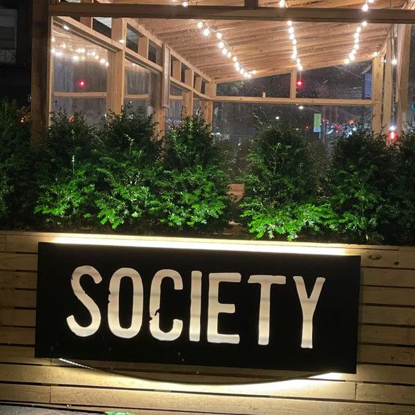 Foto tomada en Society Billiards + Bar por Glenn D. el 6/16/2021