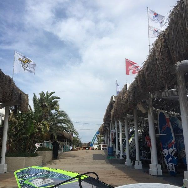 Das Foto wurde bei Alaçatı Surf Paradise Club von simge y. am 6/3/2018 aufgenommen