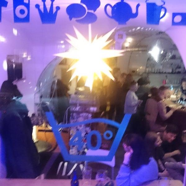 Вкусные и дешевые коктейли, хорошая музыка и приятные люди. Очень демократично
