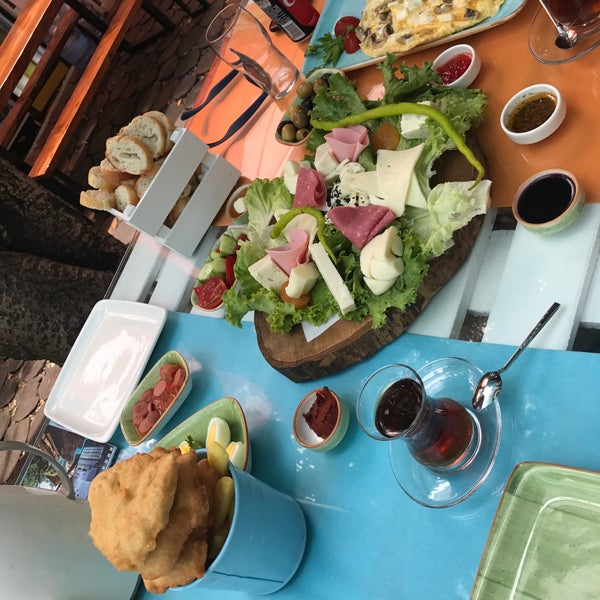 Photo prise au Büyükada Bistro Candy Garden par Duygu İ. le8/5/2017