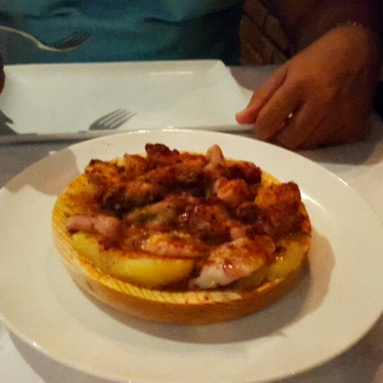 El servicio es excelente! Las chef pasa por tu mesa para saber que tal la comida, las atenciones, musuca y ambiente todo perfecto.